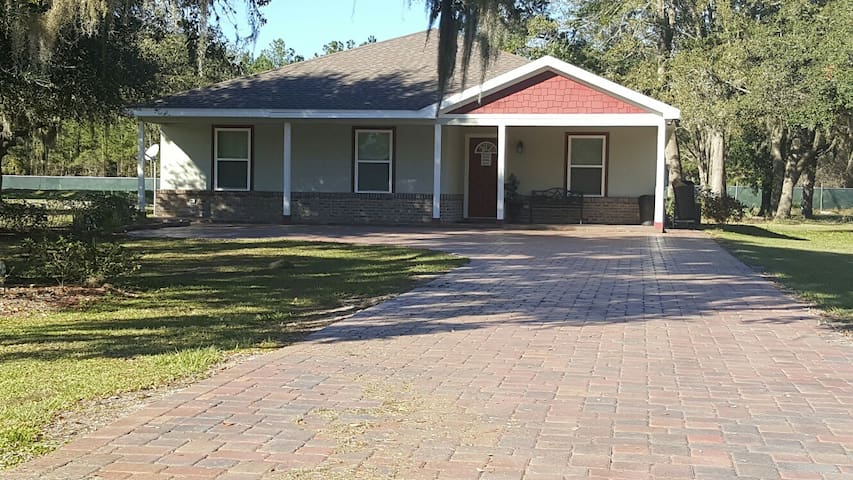 Spacious 4 Bedroom House - Palatka