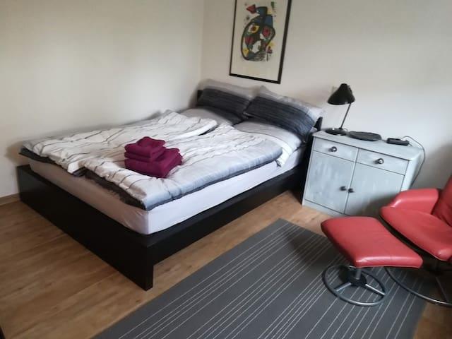 Freundliches sonniges Zimmer mit XL Bettdecke