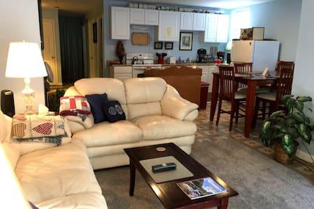 Cozy Suite 3.8 miles Downtown - Private Entrance