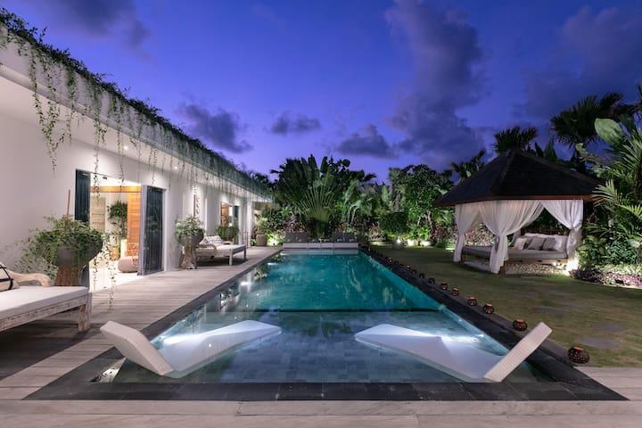 Amazing villa 4 BR next to Seminyak