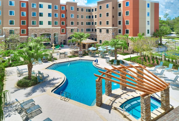 King Suite 10 Minutes from U of Florida. Free Breakfast. Outdoor Pool & Hot Tub.
