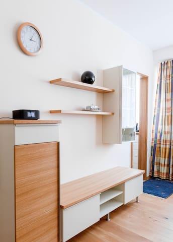 Wohnwand mit Platz für deine persönlichen Dinge.  Enough space for your personal belongings.