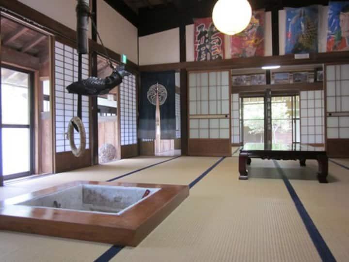 1日1組限定、昭和の暮らしにタイムスリップ 茅葺き屋根の古民家「ろくすけ」