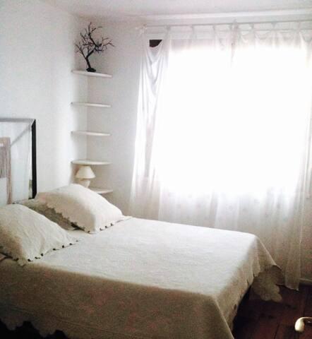 Chambre très claire, lit deux personnes, 1 armoire, 1 bureau.