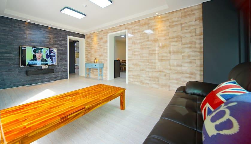 고급스러운 대리석 소재의 벽면과 밝은 조명이 더해진 객실