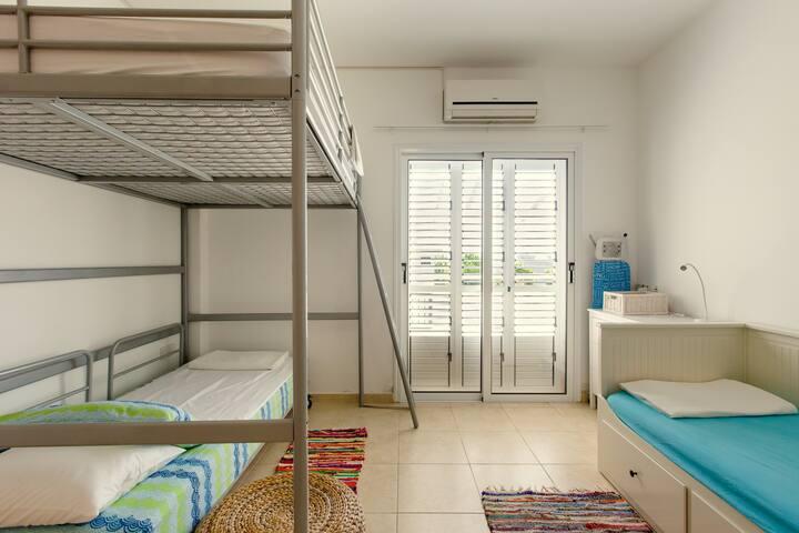 Big terrace, 2 bedroom apt, pool, Protaras, WIFI