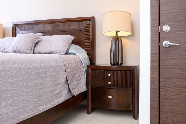 Habitación principal, con cama queen totalmente equipada y cómoda. Master bedroom, fully equipped and comfortable queen-size bed.