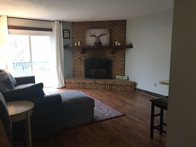 Cozy little condo in Blue Mountains (30 day min)