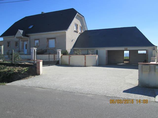 maison à la campagne recente vue sur les Pyrénées - Ogenne-Camptort - Haus