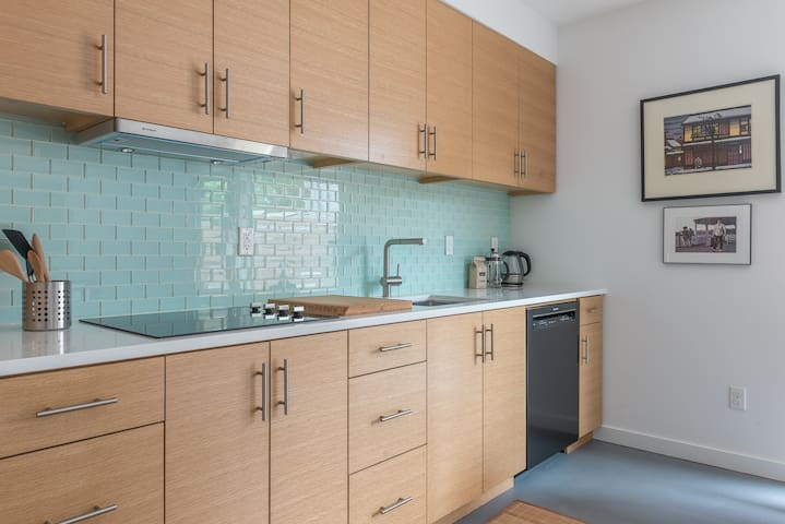 Close-In Apartment: Full kitchen, W/D & Patio