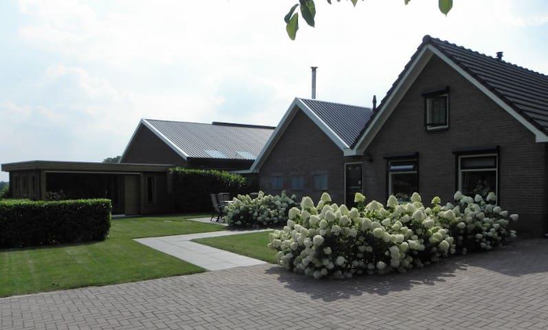 Luxe vakantiehuis met sauna en veranda op Veluwe - Epe - Huis