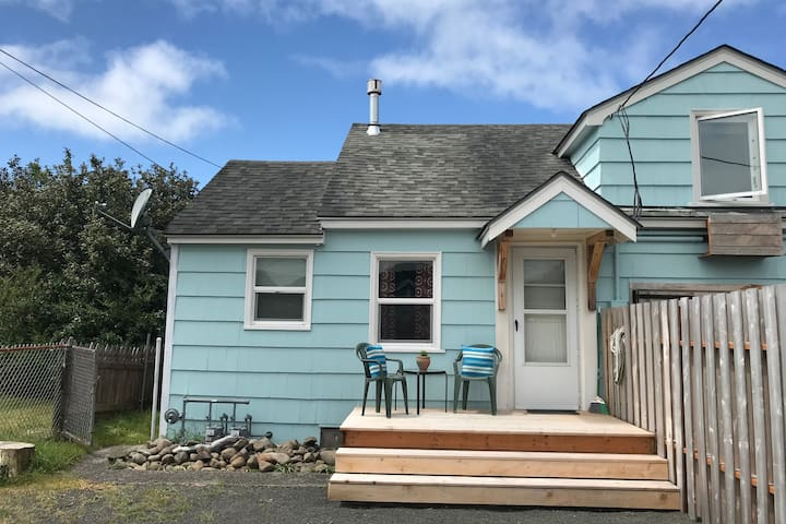 Seafare Cottage-Cozy, affordable beach cottage!