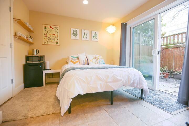 Beautiful 1 Bedroom Patio Suite in Capitol Hill!
