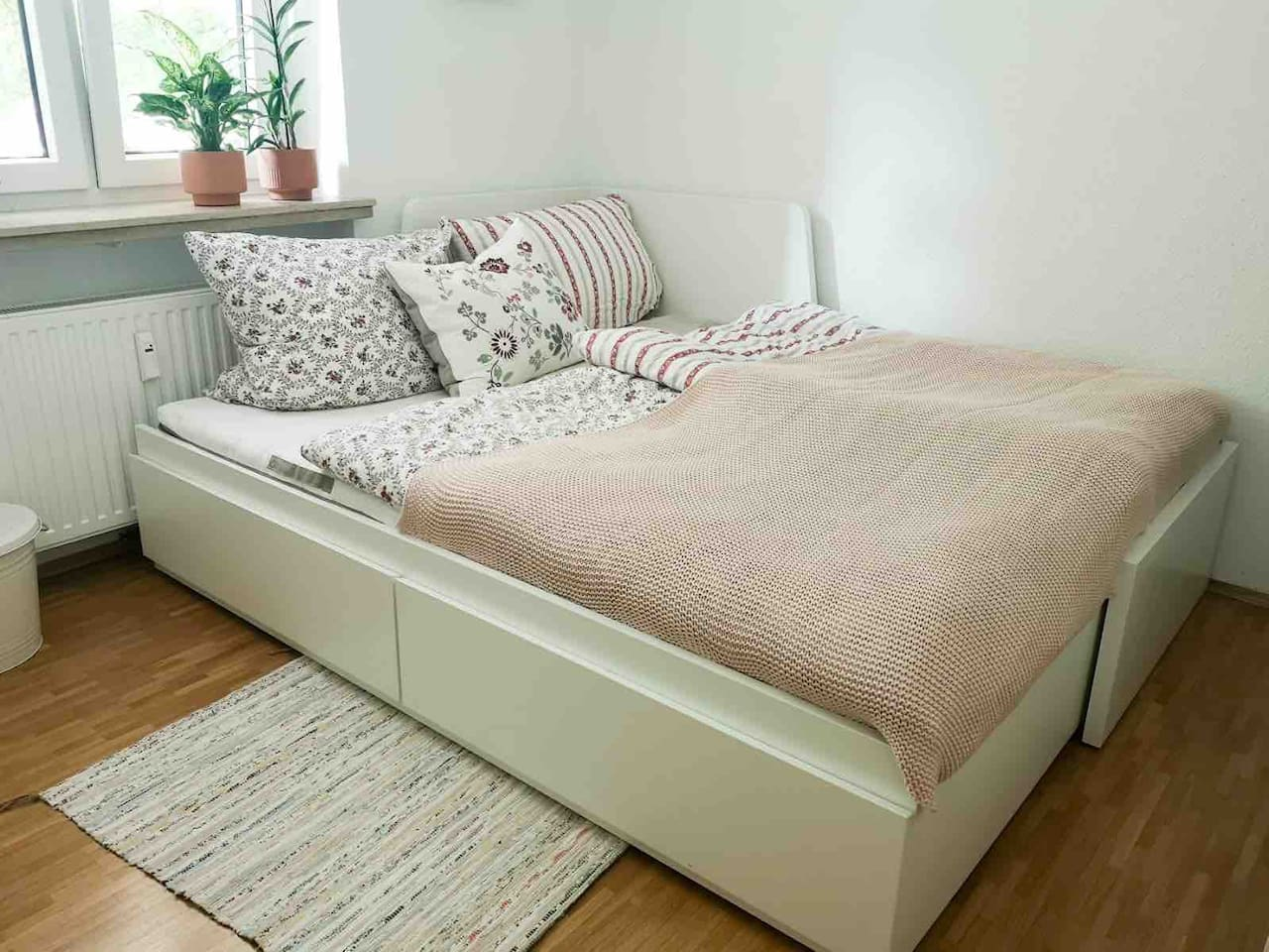 Bed extended to a queens-size bed (160 x 80). The desk and the chair are removed!