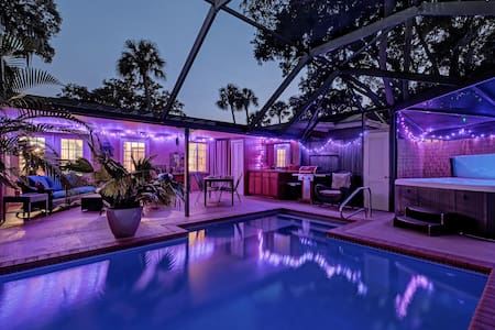 Romantic near downtown with Private Heated Pool !