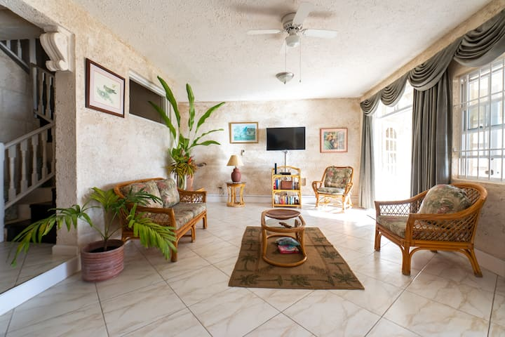 View,5 br,near beach,WiFi,A/C,pool,full staff