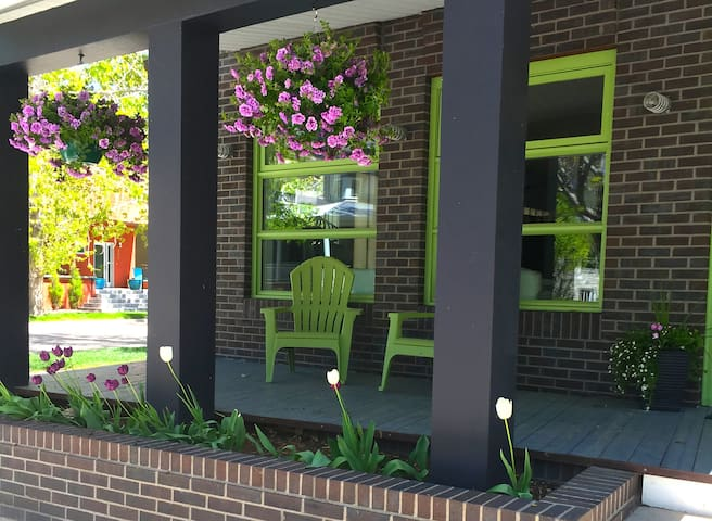Urban~Chic Carriage House in Prospect