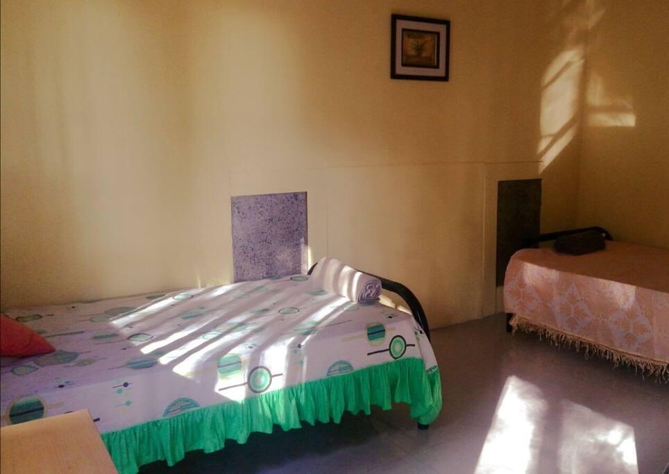 Habitación individual con dos camas.