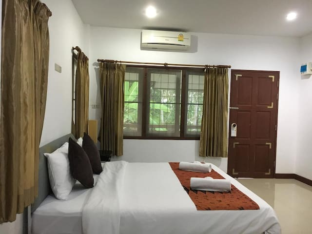 Comfort Room close to Yatch Haven by Chamil House