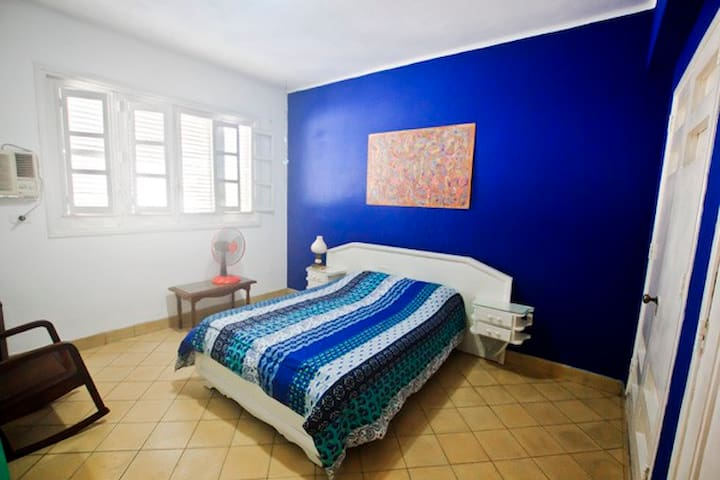 Cuarto azul, una cama matrimonial.