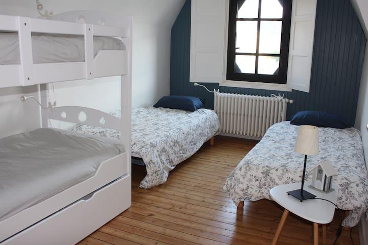Chambre 2 : 5 lits simples ou 1 lit double/ 3 lits simples- 1er étage