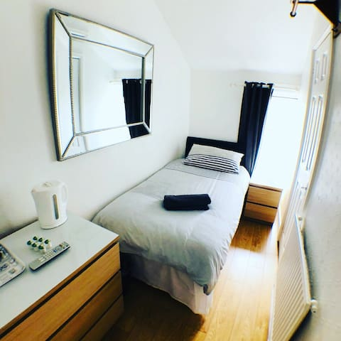 Single Ensuite room low cost Cardiff ROOM ONLY