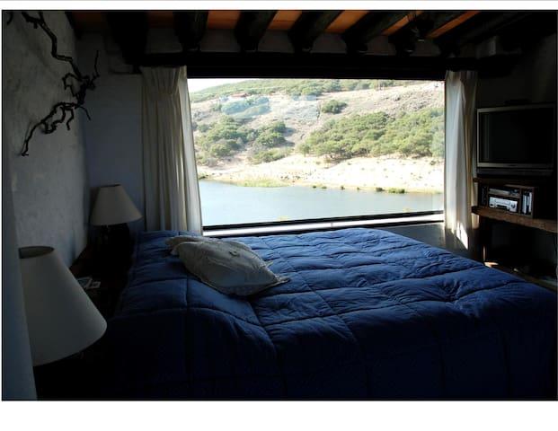 Recamara 1 cama king size con vista a la presa.