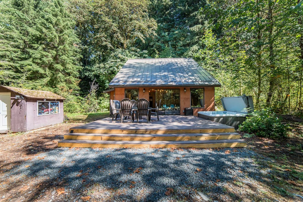 Come and enjoy the huge deck with private 6+ person hot tub. Trees surround this cabin making it one of the most private places in Mt. Baker Rim.