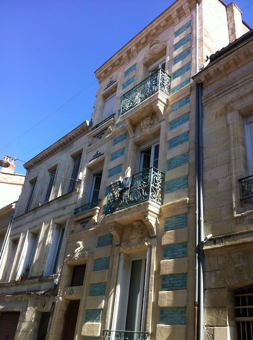 Façade de l'immeuble datant de 1903 typiquement Bordelaise.