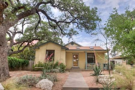Trendy SoCo Bungalow - Austin - House
