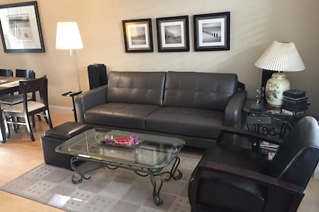 Private Room w/ Attached Bath & Garage Parking! - 突斯汀(Tustin)