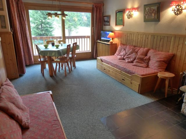 3 rooms flat for 6 persons ski in/ ski out out  on la route des Chalets