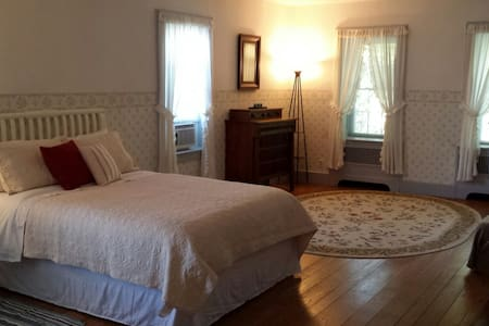 Spacious Room with Private Entrance in 1800's Home - New Hampton - Hus