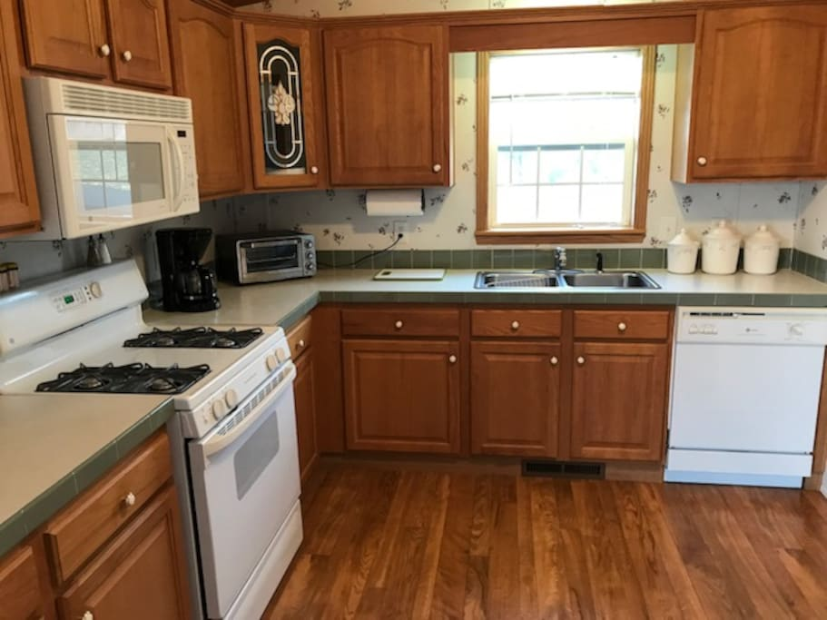 Fully equipped kitchen with service for 8.