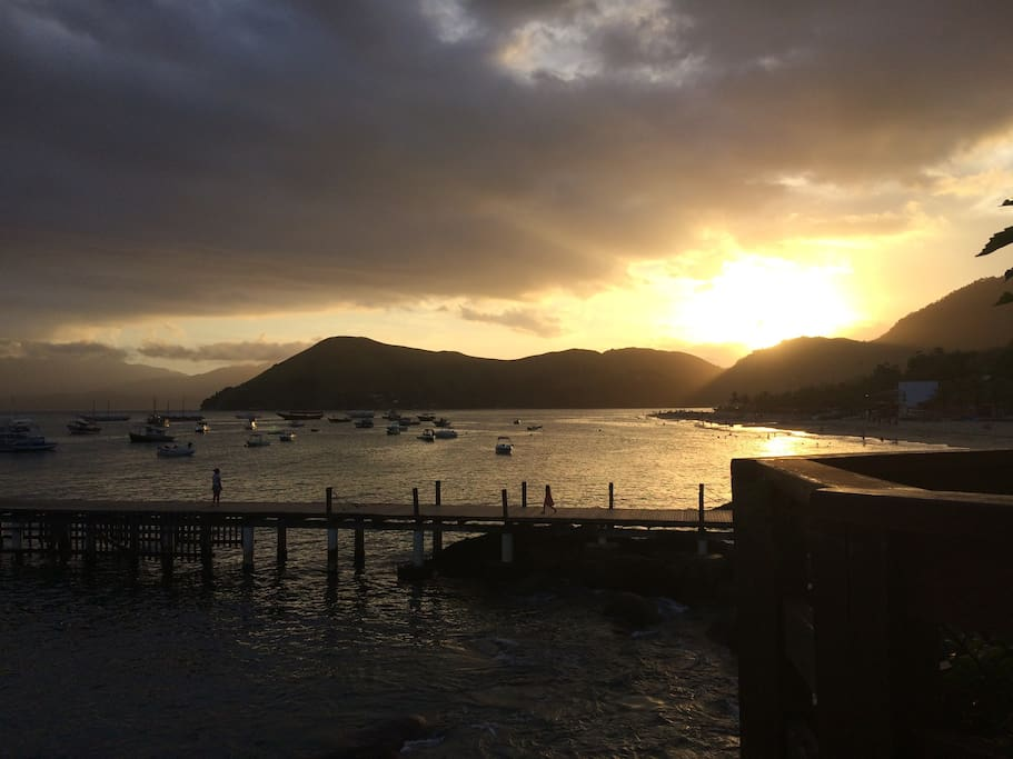 Cada dia um lindo por do sol. Cais enfrente a casa com passeios para a Ilha Grande.
