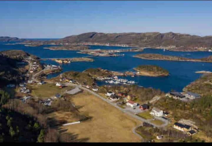Stor enebolig nær sjøen i Stoksund