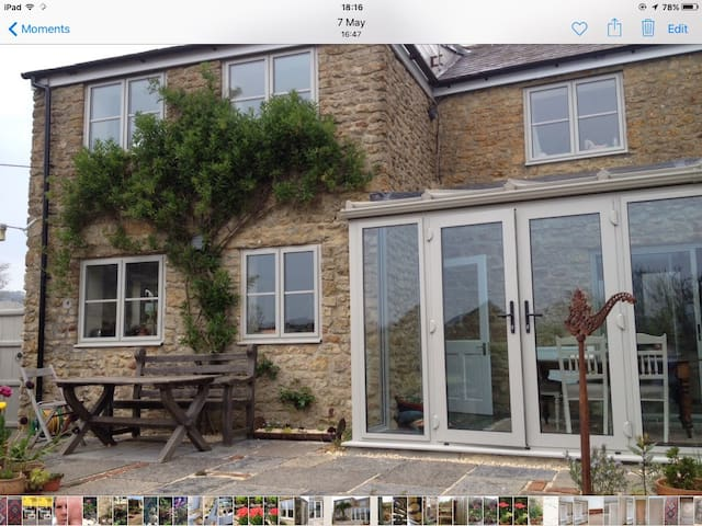 Light, sunny, warm and comfortable cottage with views. - Beaminster - Casa
