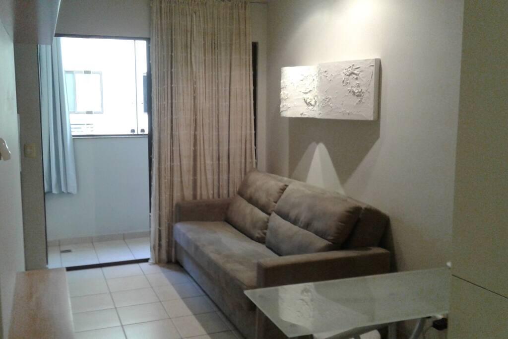 Sala com Sofá Cama e Porta para a Varanda