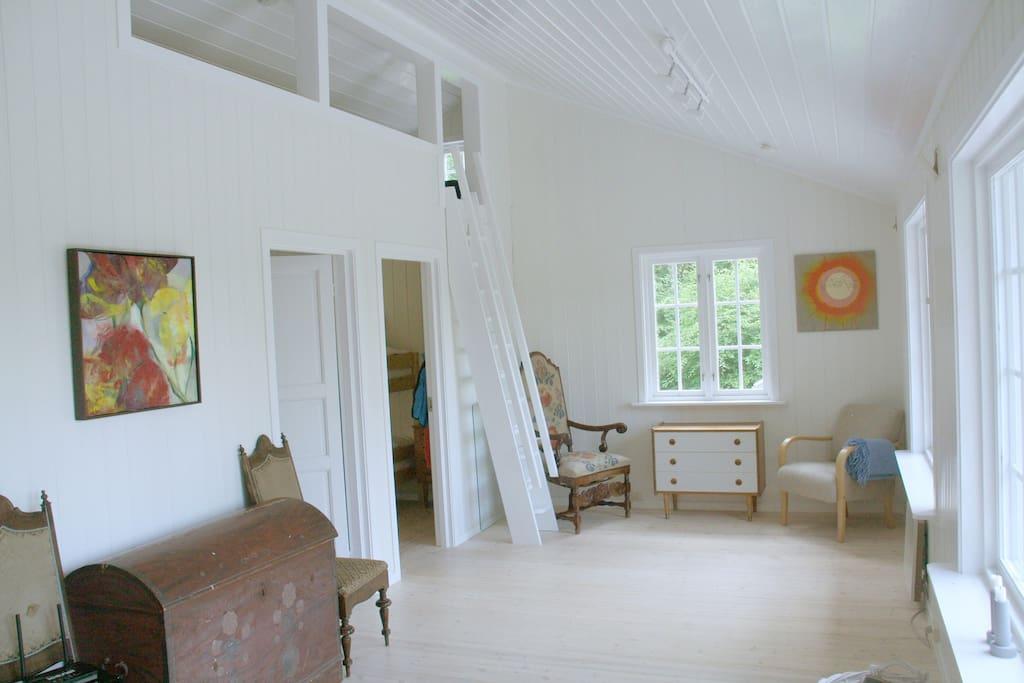 Del av stuen med hems med plass til flere