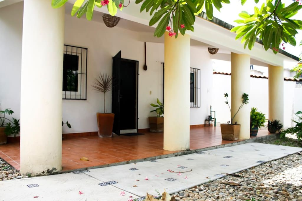 Very quiete house in the residential area de Bacocho. 5 to 20 minutes walking from restaurant area of Rinconada and the beach of Bacocho, Carrizalillo and Puerto Angelito.  Private garden and parking, 2 bedrooms, 3 beds (additional bed available), 1 bathroom, living room, kitchen