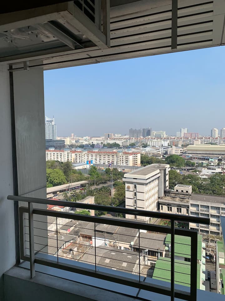 本公寓在曼谷易三仓大学边上,环境好特色美食应有尽有夜市就在公寓对面体育场里面。里面游泳池健身房