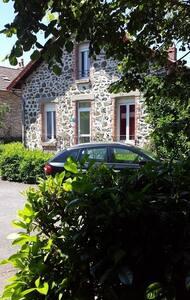 Meublé idéalement situé - Arpajon-sur-Cère - Таунхаус