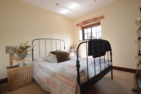 Private double room with access to bathroom - Ridgmont