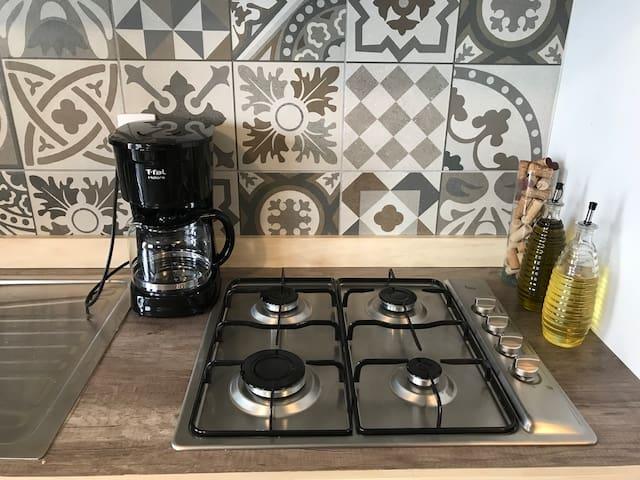 La cocina está lista para que la disfrutes desde tu llegada.