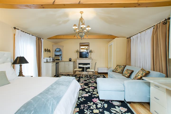 Cottage near Bellevue/ Queen Bed