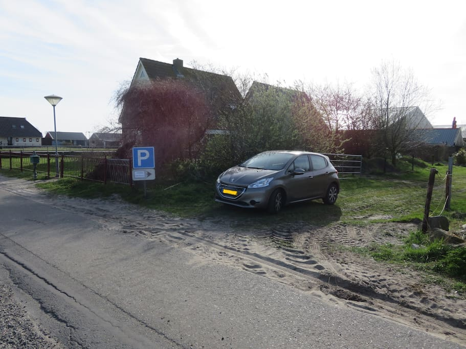 Eigen parkeerplaats naast het huis / private parking next to the house / eigener Parkplatz neben das Haus