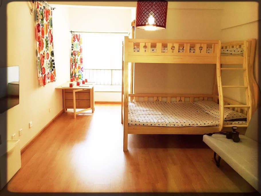 明媚、温馨、日式原木色为主调,秉承日式自然、环保、简约的理念,房间采用实木材质的拉门和上下铺、德国进口木地板、实木折叠桌等元素,安静地展示着木材原始形态的美学