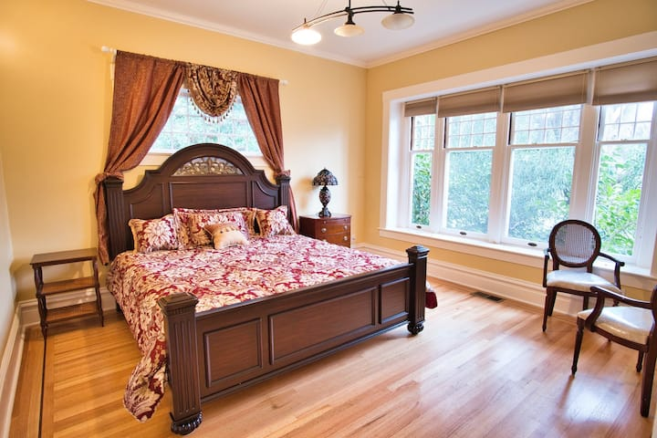 Large King Room 2 Blocks from Downtown Calistoga