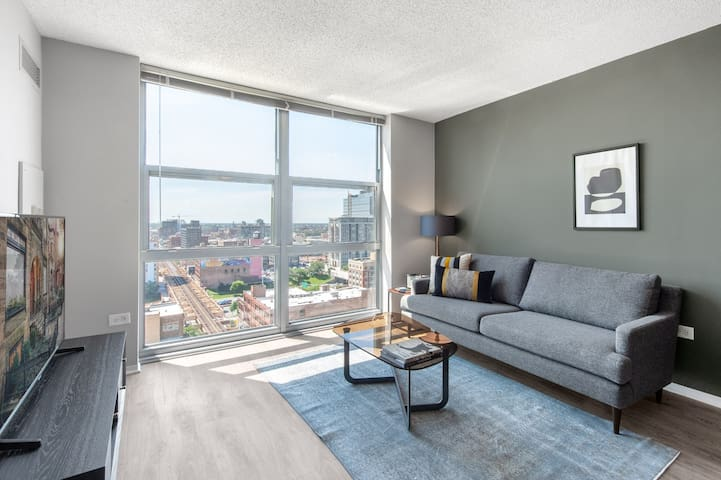 Rad West Loop 1BR w/ Pool + Gym + W/D near Restaurant Row by Blueground