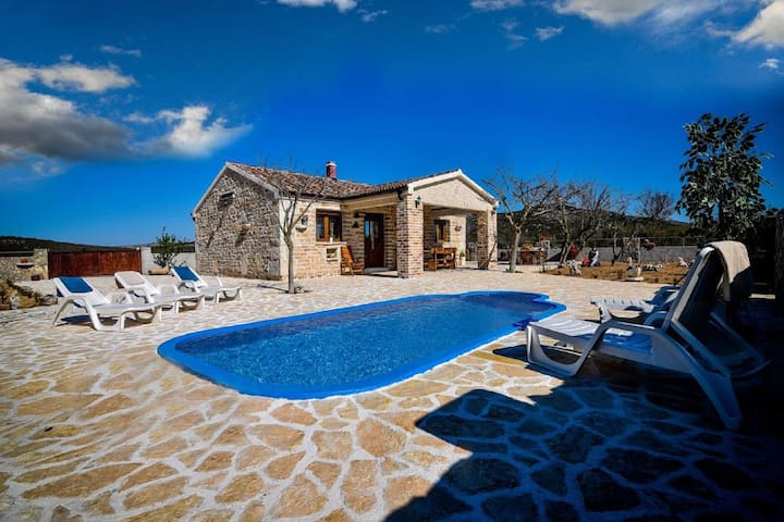Maison de vacances attrayante à Budak avec piscine privée